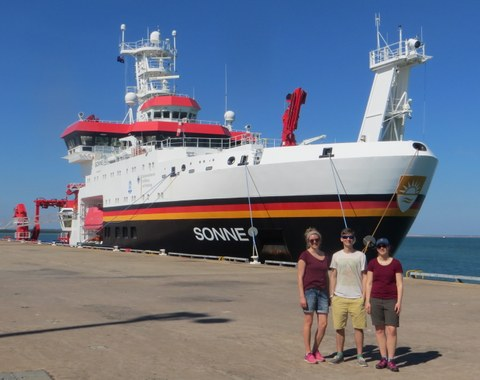 seismic crew in front of RV Sonne