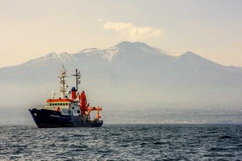 FS Poseidon vor dem Ätna, während der Ausfahrt POS496 (Quelle: Felix Gross, Marine Geophysik und Hydroakustik, CAU Kiel).