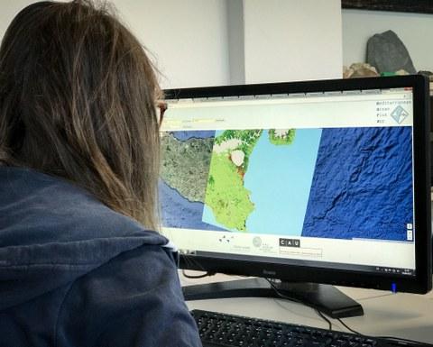 Marieke Laengner arbeitet an der Beta-Version von MORA (Mediterranean Ocean Risk App).